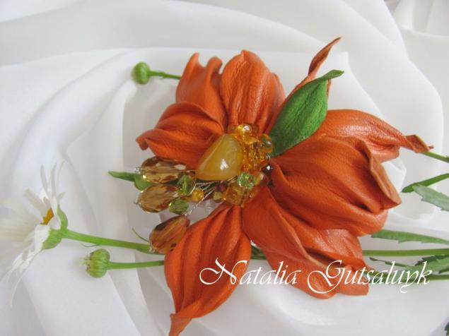 брошь-цветок из кожи