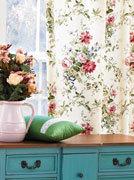 Сочетание цветочного узора на ткани с интерьером помещения