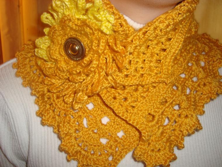 шарф под пальто, желтый шарф, вязаная брошь, конкурс названий
