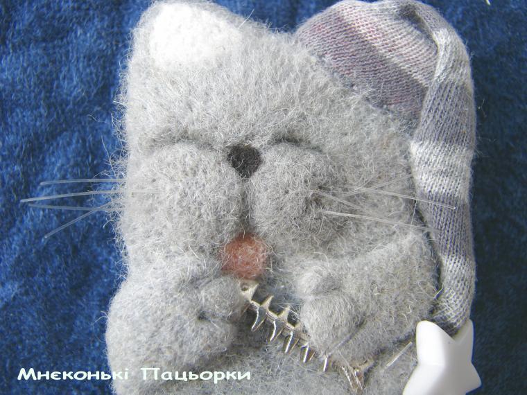 кот, валяная брошка
