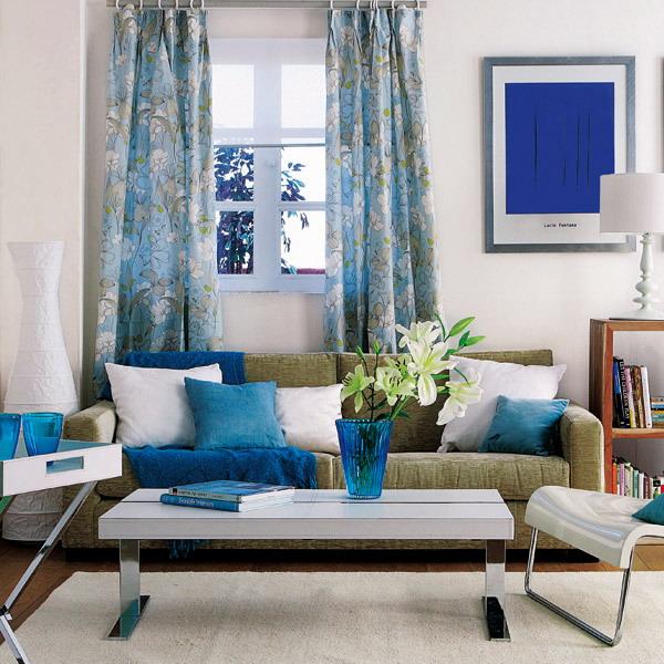 Интерьер белой гостиной с цветными акцентами фото